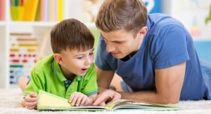 Pappa och son läser tillsammans